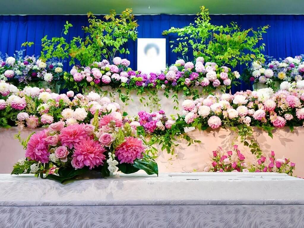 遺影と棺を飾る花たち