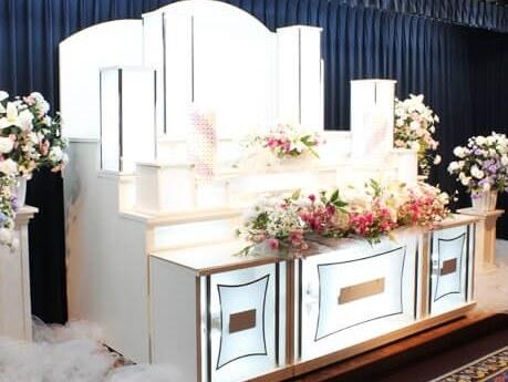 白を基調とした祭壇イメージ画画像