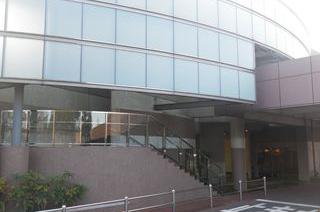 神奈川県大和市にある公営の火葬場・葬儀場「大和市斎場」の外観