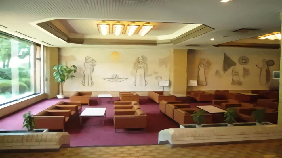 尾張東部聖苑(愛知県小牧市)の待合ホール。大きな窓があり明るい室内。ソファーやテーブルが数多く並べられている