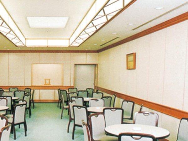 桐ヶ谷斎場の休憩室「星の間」。テーブル・椅子席が用意されている