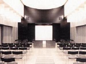 横浜市北部斎場の葬儀式場。100名の収容が可能で大規模な葬儀にも対応できる