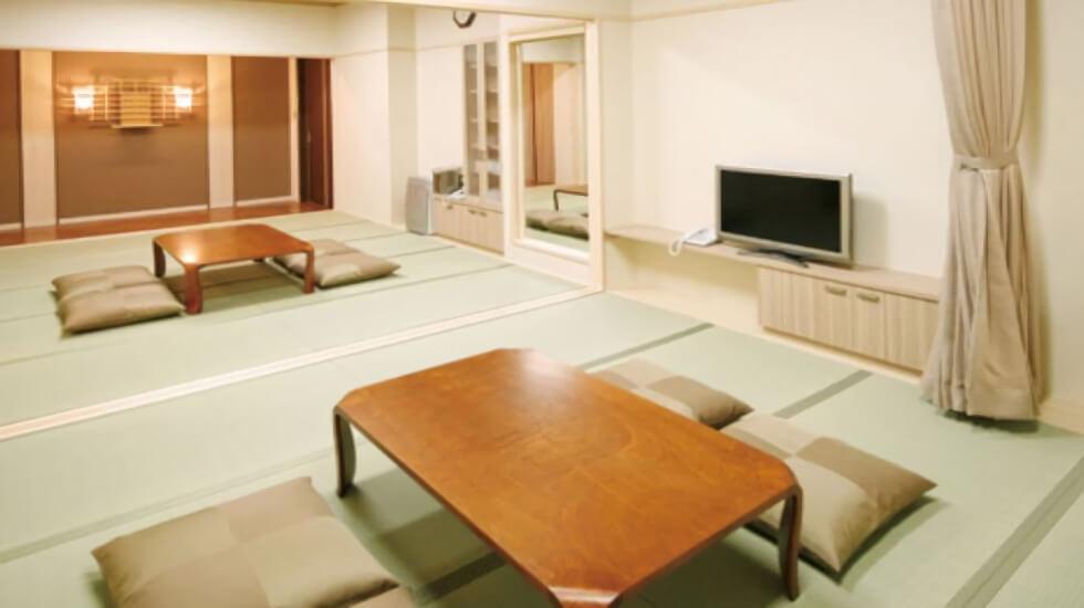 イズモホール貴布祢の控室の内観。控室内にはシャワー・浴槽・キッチン・冷蔵庫・電子レンジなどを完備している