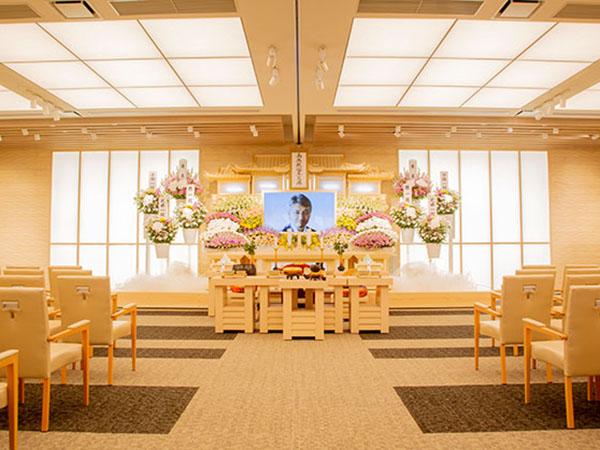 平塚斎場の葬儀式場の内観。一般葬式場という名称で、100名規模の葬儀を執り行える。じゅうたん敷きの床があたたかみを演出している