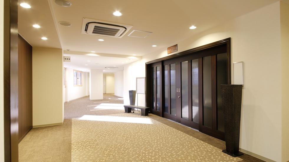 南大阪祭典のホールの入り口・廊下などの写真。明るい陽の光が差し込む館内。