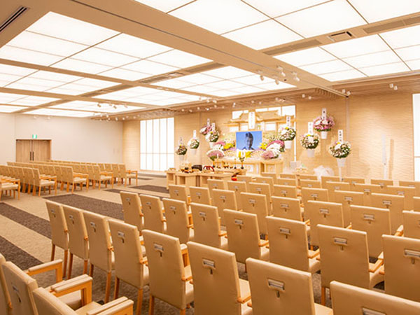 平塚斎場の葬儀式場の内観。300名を収容できる大型式場で大きく豪華な祭壇を設置することができる