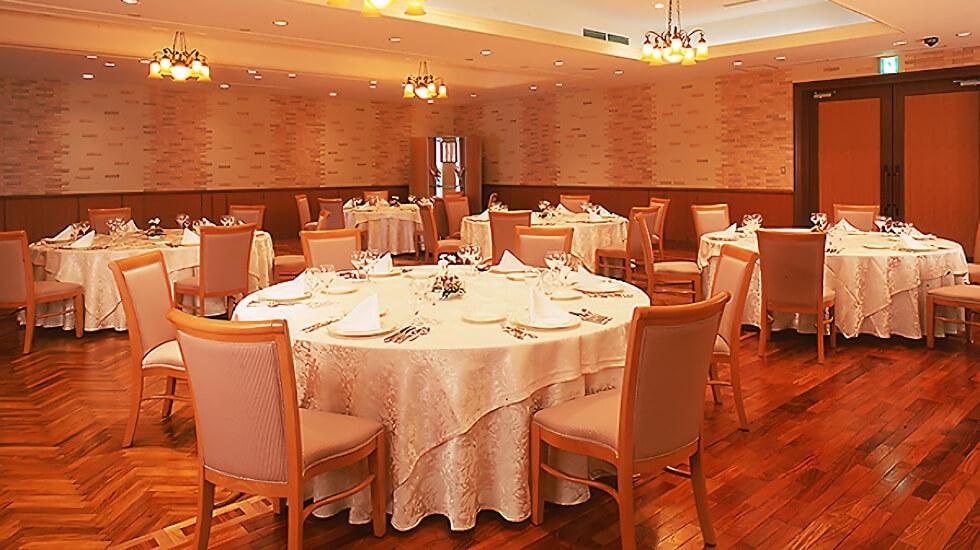 青山セレモニーホールの宴席の写真。還骨勤行終了後にはお斎料理が用意される