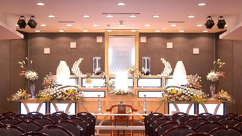 青山セレモニーホールの式場の写真。3階には100名収容可能な会場、2階には180名収容可能な会場がある