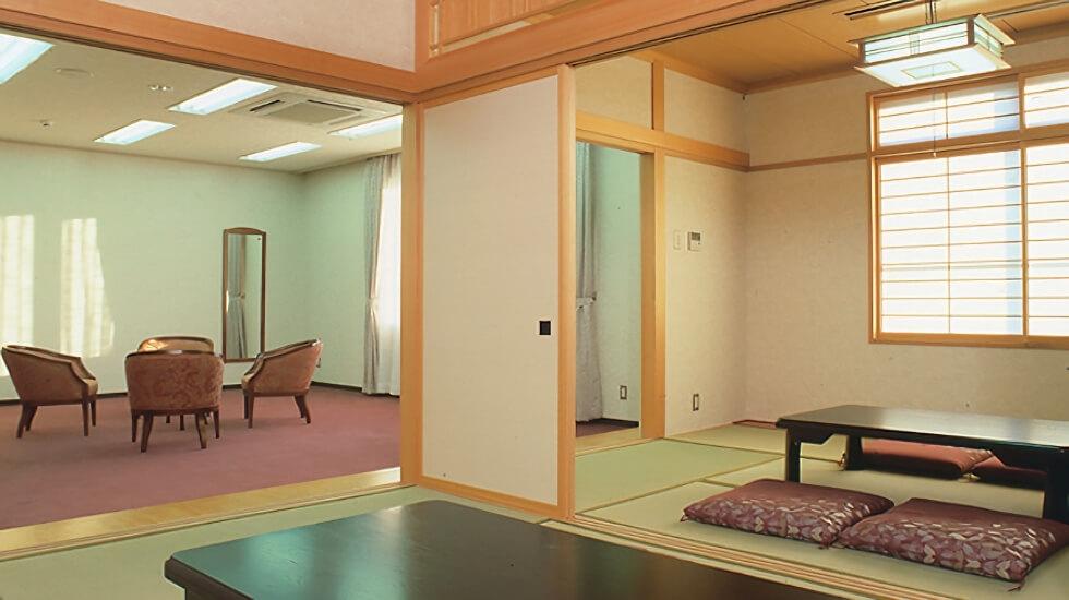 青山セレモニーホールの控室の写真。遺族控室が2室、寺院控室が2室用意されている