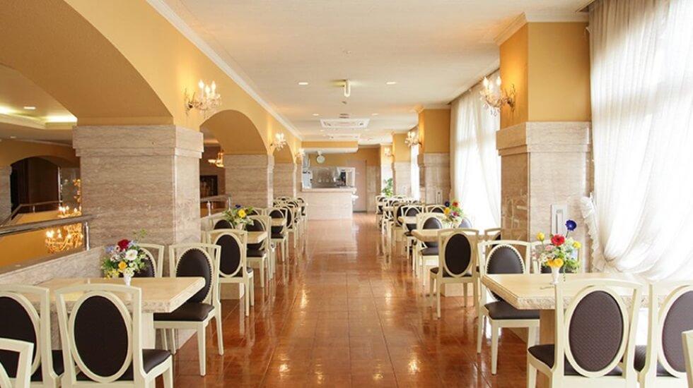 高崎メモリードホールのラウンジの写真。ホテルのようにきらびやかな雰囲気
