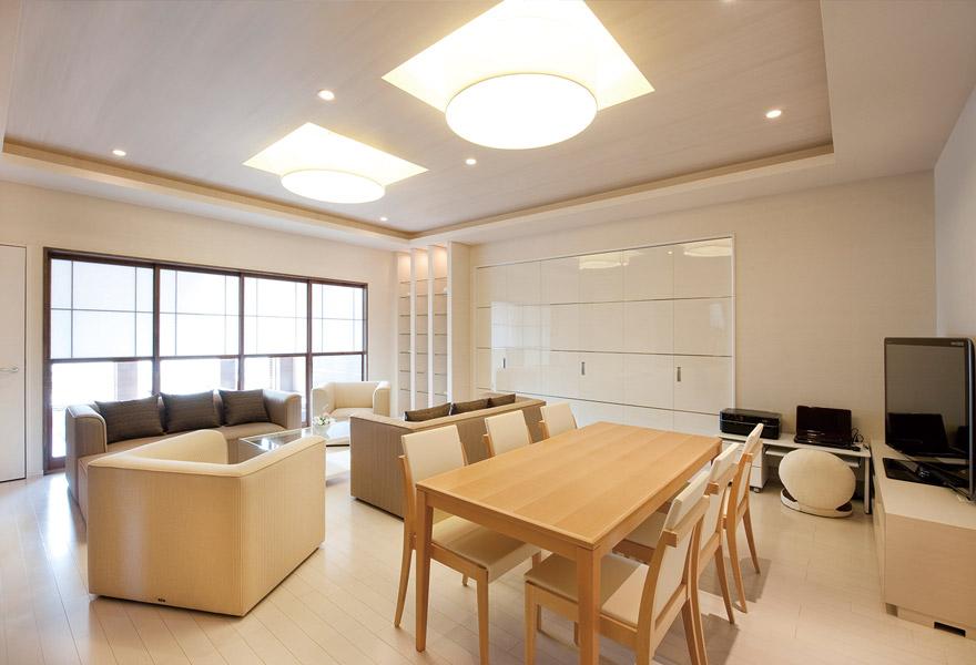 ウィズハウス手稲のリビングルーム。親族が利用可能な部屋でホテルのスイートルームのように豪華。