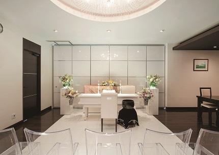 ウィズハウス清田の葬儀式場「ガラスのホール」。白を基調とした柔らかな雰囲気で、30名程度の小規模な家族葬に対応している