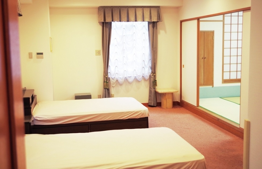 エヴァホール川崎の親族控室。宿泊用のベッドが置かれており、宿泊は5~7名の対応が可能