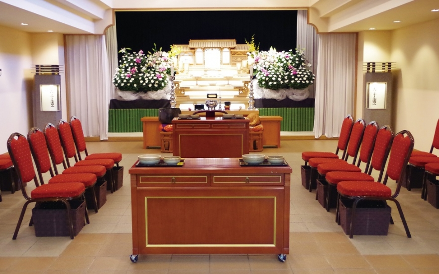 エヴァホール津田山の式場。250名収容の大規模ホールがあり生花祭壇の用意も可能