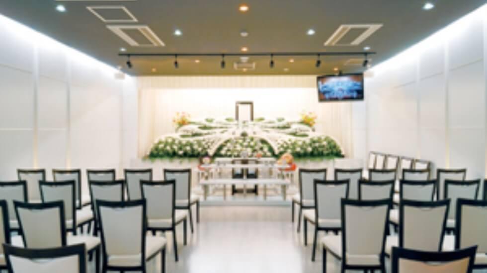オーロラホール浦和の葬儀式場。60名まで収容可能で小規模~中規模の家族葬に最適。生花祭壇の用意も可能