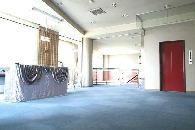 セレモニー会館のエントランス。大きな窓から明かりが差し込む明るい不二期。エレベーターも設置されている