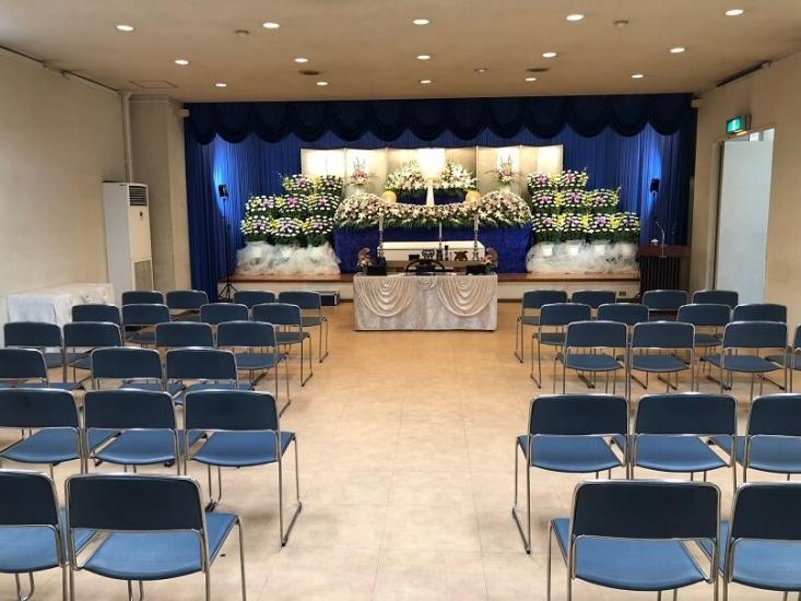 セレモニー会館の葬儀式場。最大200名の参列が可能な大ホール。生花祭壇の対応が可能。