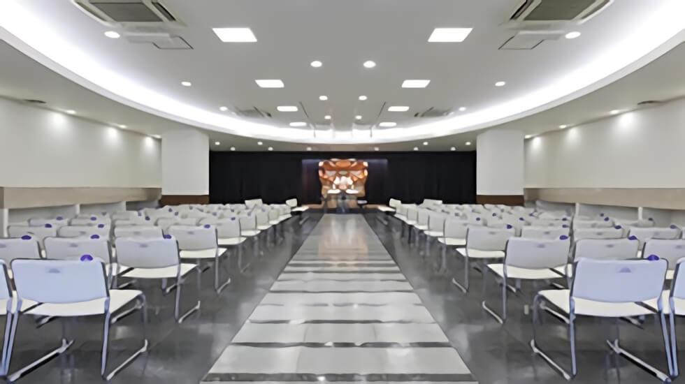 ティア守山の葬儀式場。250名を収容可能な大ホールで、大規模な葬儀にも対応可能。白木祭壇・生花祭壇が可能