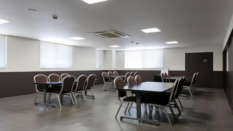 ティア御器所の会食室。すべて椅子席となっているため高齢者や足腰の不自由な方でも安心の設計