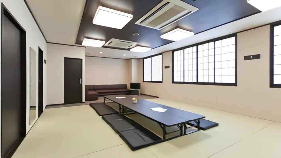 ティア御器所の親族控え室。20畳の畳敷きの和室は清潔感のある落ち着いた雰囲気