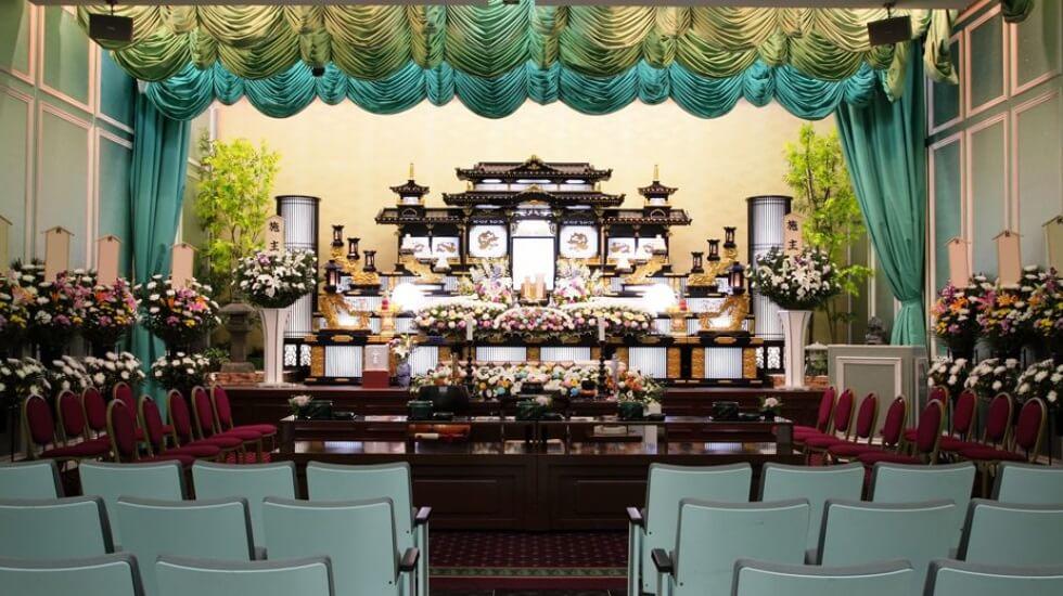 メモリード高崎典礼会館の葬儀式場。800名までの参列者に対応可能な大規模な葬儀式場