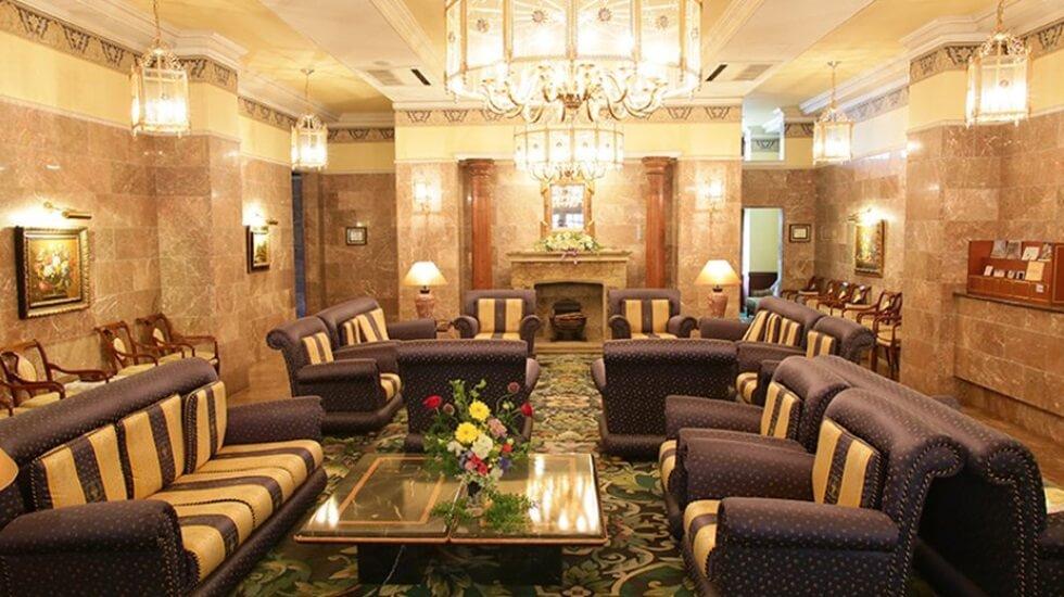 メモリード高崎典礼会館の待合ラウンジ。シャンデリア・ソファがあり豪華な雰囲気