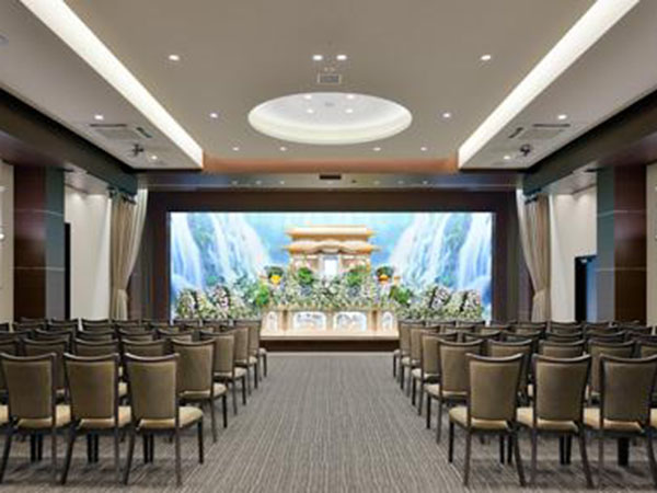 クリスタ五井の一般葬儀式場。生花祭壇をしつらえたホールで50名程度の参列者を収容できる