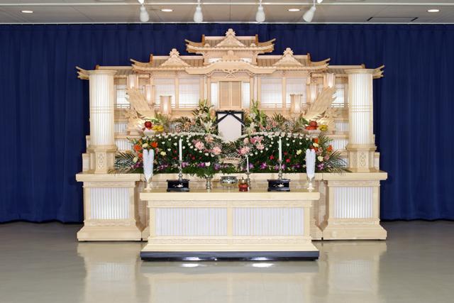 判田台会館の大規模な葬儀式場。30名以上の参列者に対応。白木祭壇の他にも生花祭壇も可能