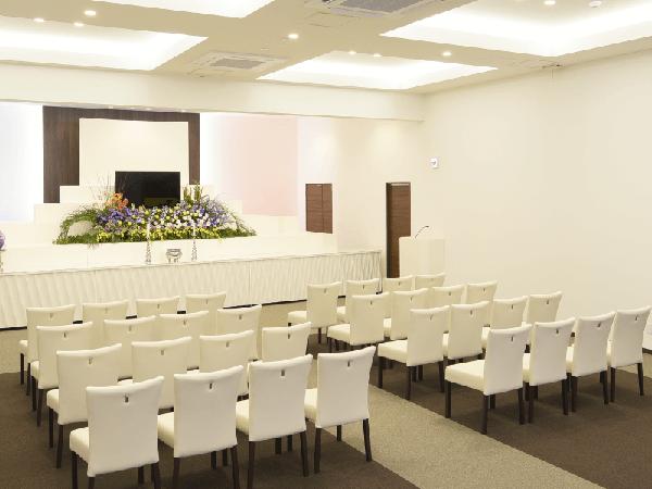 ディアネス豊平の葬儀式場「カノン」。100名の参列者まで対応可能の広さ。白を基調とした清潔感のあるデザイン