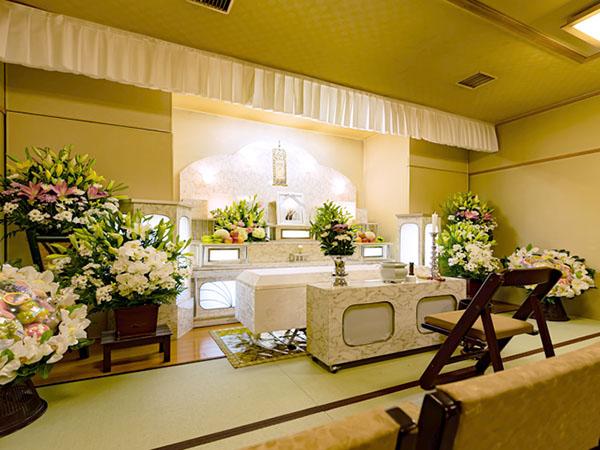 シティ・ホール呉中央の葬儀式場「泉の間」。15名程度の参列者の場合の小規模な家族葬向け。畳敷の和室スペースで落ち着いた雰囲気
