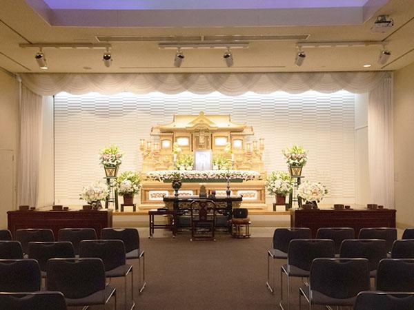 シティ・ホール呉中央の葬儀式場「雲海の間」。150名程度の葬儀にも対応可能で社葬など参列者の多い葬儀も可能