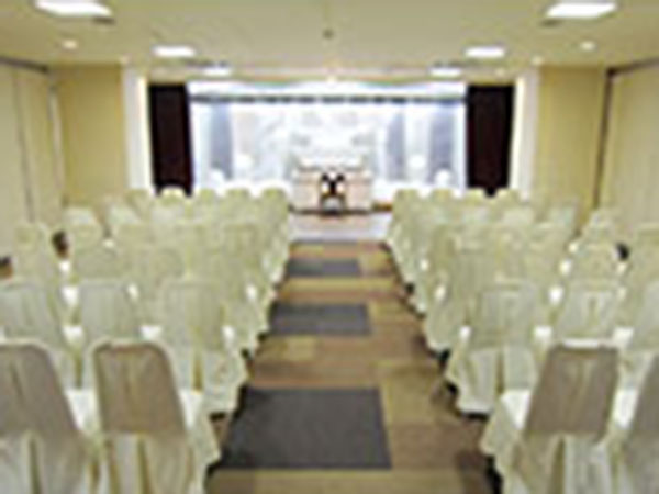 敬愛シビックホール堺の葬儀式場。50名程度の参列に対応できる広さで家族葬でも一般葬でも対応可能