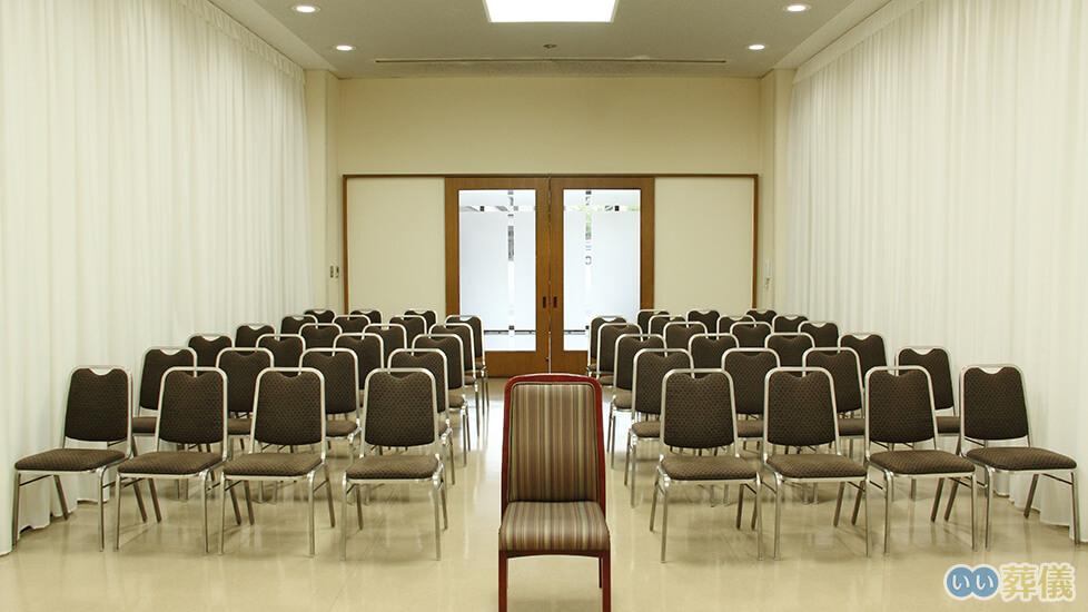 町屋斎場の葬儀式場「雪の間」の写真。最大40名が収容可能な葬儀式場で2室をつなげて利用することもできる
