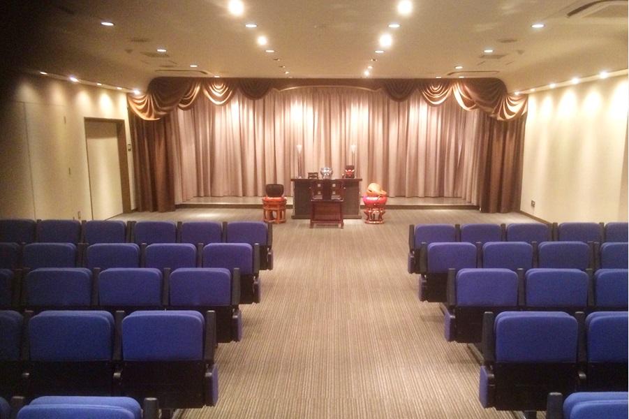 浦和典礼会館の葬儀式場の写真。祭壇は白木祭壇や生花祭壇が用意されている