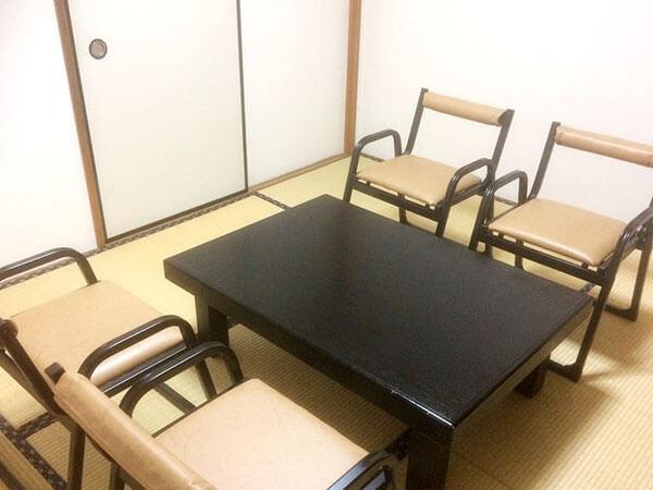 浦和典礼会館の遺族控室の写真。畳敷きの落ち着いた雰囲気ながら腰掛けの椅子も用意されている