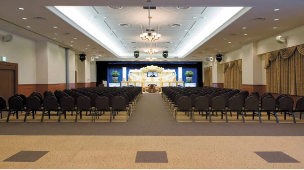 ナウエルホール米沢の葬儀式場。最大530名の参列者対応が可能な大規模式場で社葬にも対応可能