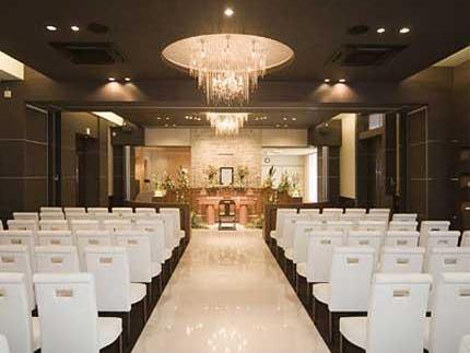ウィズハウス清田の葬儀式場「ウィズホール」。定員100名ほどの中規模なホール。木目調の落ち着いた雰囲気
