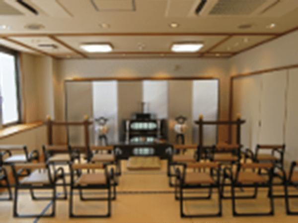 浦和典礼会館の家族葬用の葬儀式場の写真。畳敷きの和室空間に腰掛け用の椅子が並べられている