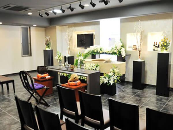ダビアスリビング鶴見の葬儀式場。生花が飾られた華やかな雰囲気で家族葬専用の葬儀式場