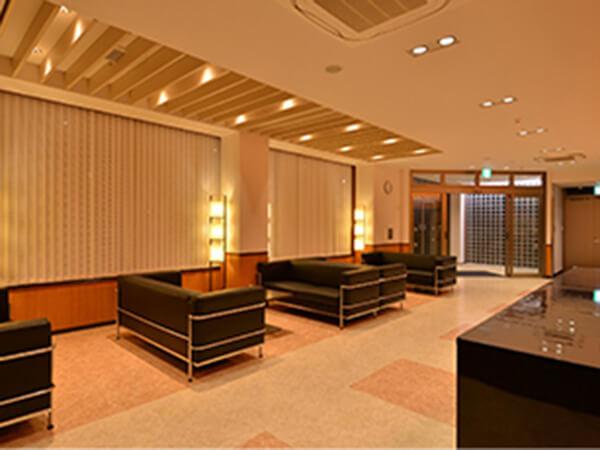 イマージュホール精華のエントランスロビー。ホテルのラウンジのような豪華な設計。大きなソファ・テーブルが用意されている