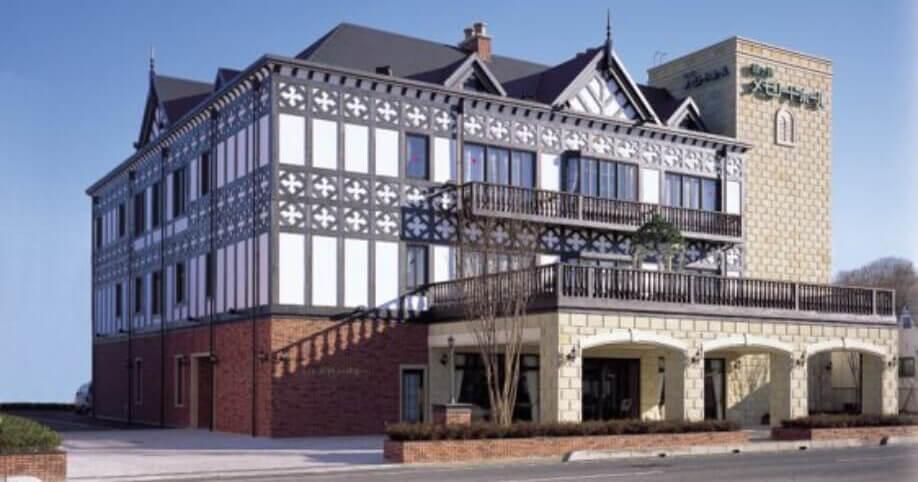 鶴ヶ島メモリードホールの外観。ホテルのような雰囲気でイギリスの伝統的建築を取り入れている