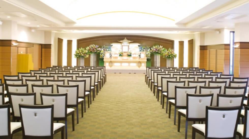 イズモホール浜松南の葬儀式場。写真は最大100名の参列者を収容する葬儀式場「フローラ」