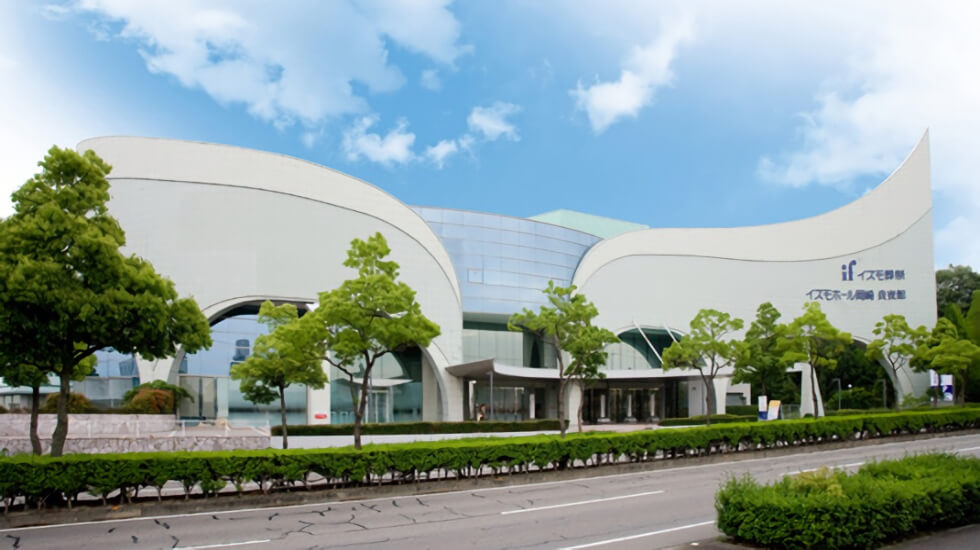 イズモホール岡崎の外観写真。岡崎駅や岡崎ICからアクセスしやすく200台分の駐車場も有している