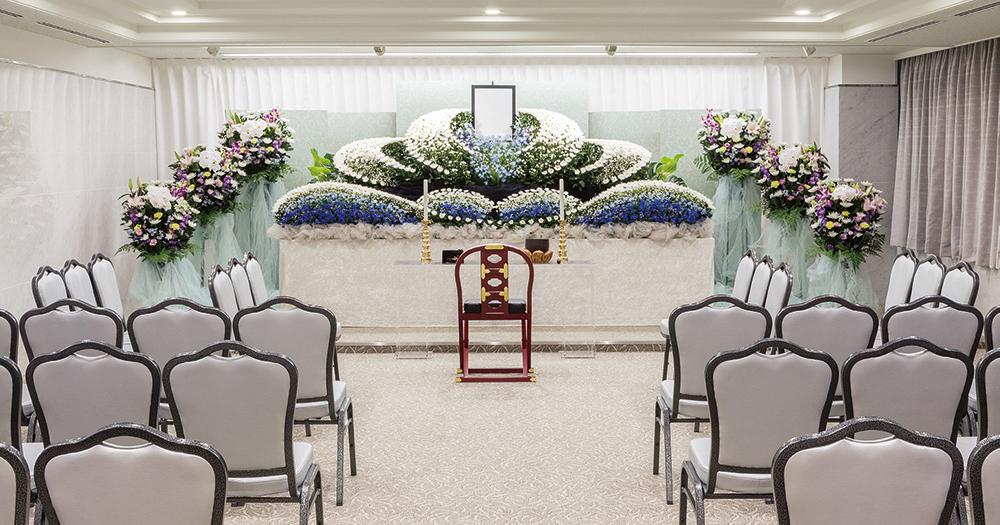 戸田葬祭場の葬儀式場「せせらぎの間」の写真。最大70席の中規模な葬儀式場