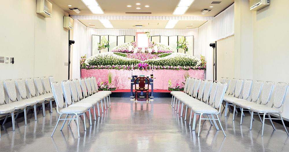 戸田葬祭場の葬儀式場「思食の間」の写真。60席の椅子席が用意されている