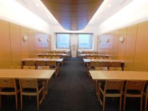 横浜市北部斎場の休憩室。40用の広い休憩室で椅子とテーブルが用意されている