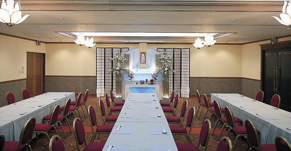 川越メモリードホールの会食会場。椅子席のため高齢者や足腰が不自由な方でも安心して利用できる