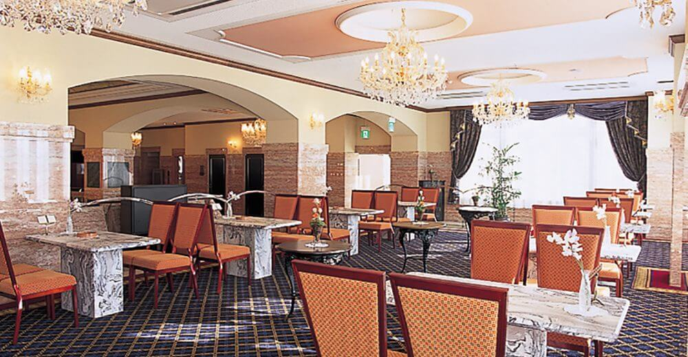 川越メモリードホールのロビー。シャンデリアが設置された豪華でホテルのような雰囲気