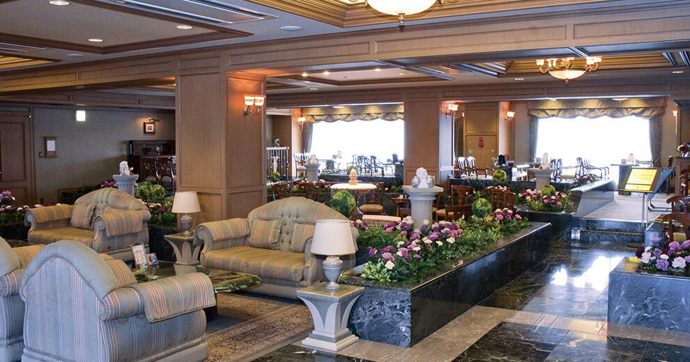 鶴ヶ島メモリードホールのロビーの様子。高級ホテルのロビーのような豪華な雰囲気。座り心地の良いソファが用意されている