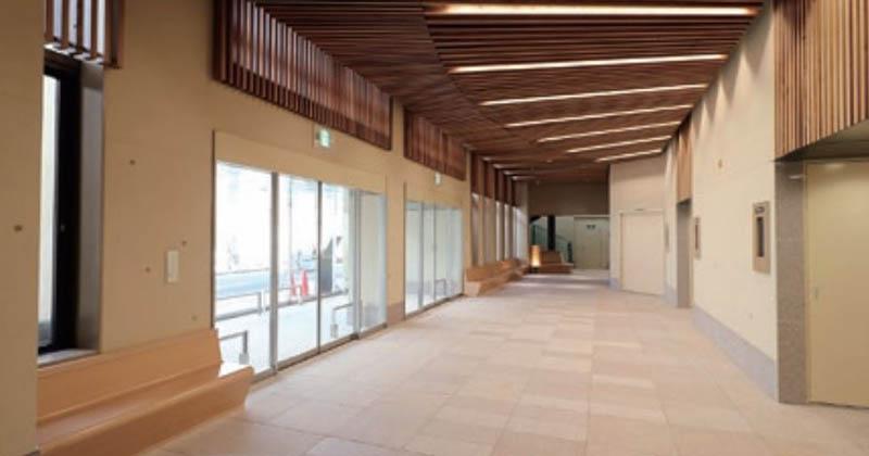 秦野斎場のエントランスホール。2Fにあり、天井にはルーバーを設置。陽の光が筋となって降り注いでくる